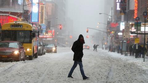 Autoridades en alerta por la tormenta de nieve que azota a Nueva York y...