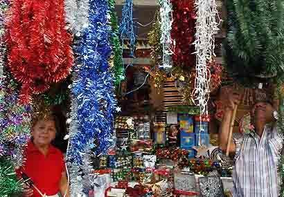 Comerciantes salvadoreños trabajan en sus puesto de venta navide&...
