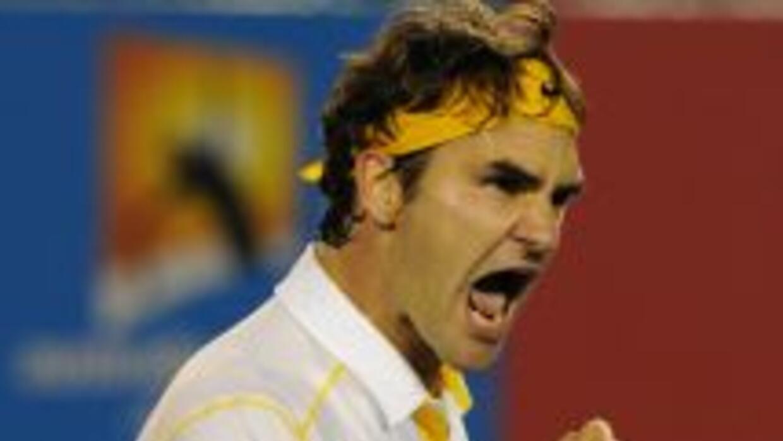 Federer celebra su sufrido triunfo ante Simon