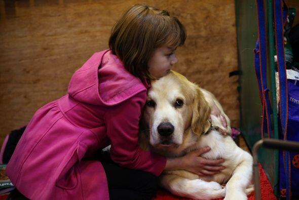 Ella abraza a su mascota para desearle suerte momentos antes de su parti...