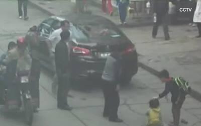 Una niña sobrevive después de ser atropellada por un auto en China