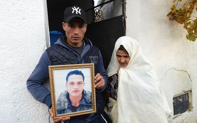 Walid Amri muestra un retrato de su hermano Anis Amri, el principal sosp...