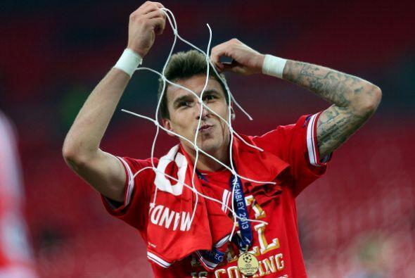 Manzukic hizo un gol y se llevó parte de la red de recuerdo.