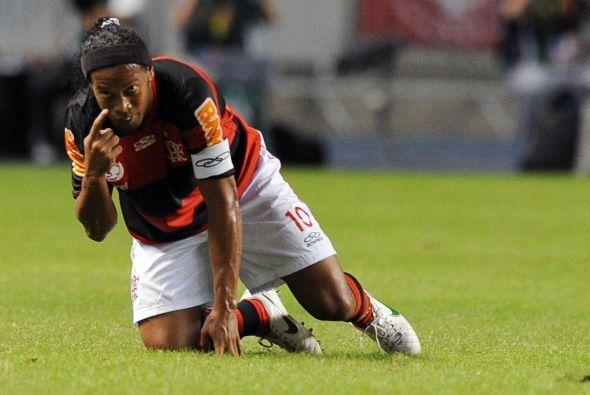 El brasileño del Flamengo, Ronaldinho Gaucho, le señala al árbitro del e...
