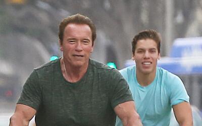 Arnold Schwarzenegger y Joseph Baena se ejercitan.