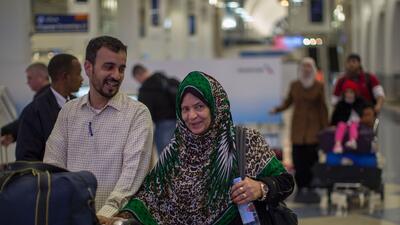 Un grupo de ciudadanos de Yemen llegan al aeropuerto de Los Ángel...