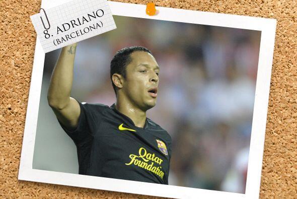 Adriano, el brasileño del Barcelona completa la mitad del campo.