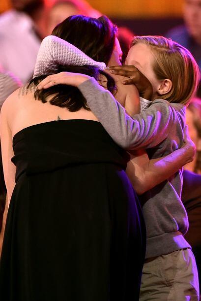Angie subió al escenario pero las nenas les dieron más abr...