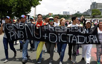 Manifestantes marchando en Caracas el 24 de abril de 2017.