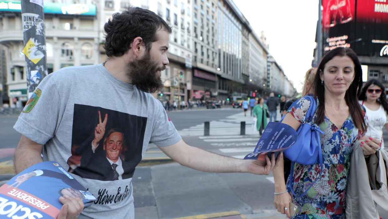Un partidario de Scioli reparte propaganda electoral en Buenos Aires.