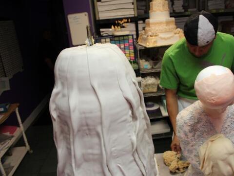 Un pastel gigante para marcar una larga espera, inesperadas ofertas de m...