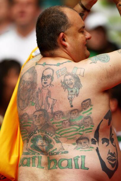 Un seguidor del Celtic muestra sus tatuajes durante el partido de la Cop...