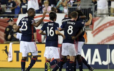 New England Revolution celebra un gol