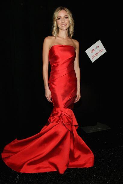 La diseñadora Kristin Cavallari apareció portando un vestido rojo satina...