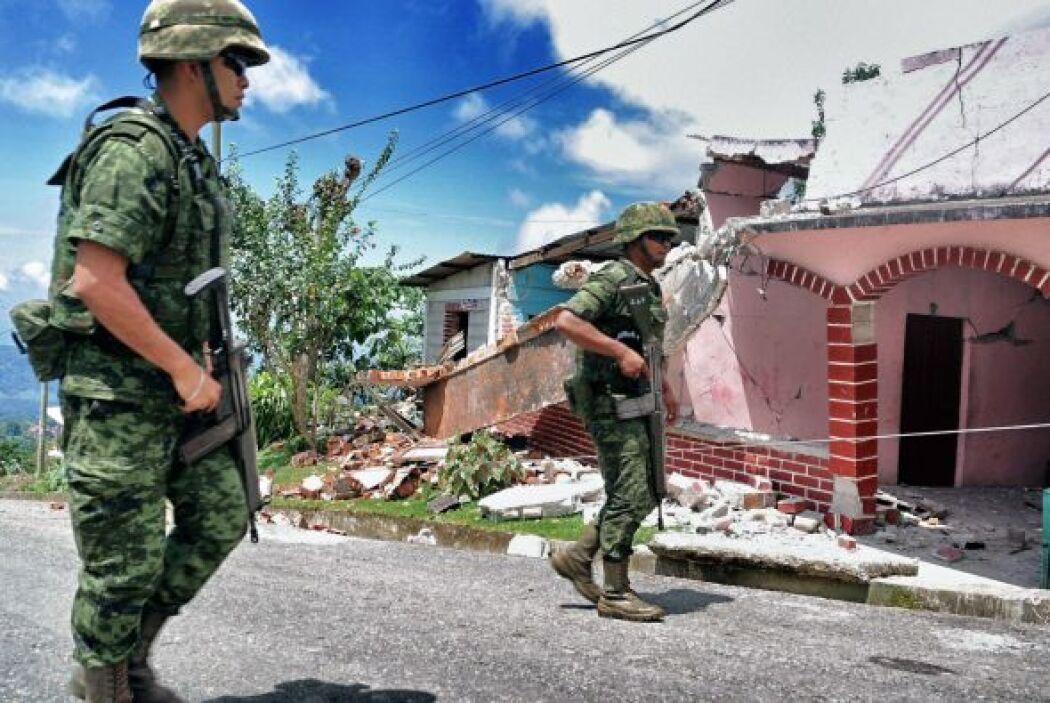 Militares inspeccionan la zona para evaluar los daños.