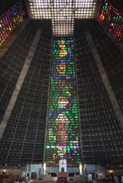 El edificio es de forma cónica y tiene 96 metros de diámetro interno y u...