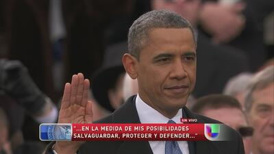 Barack Obama es juramentado usando las biblias de Martin Luther King y A...