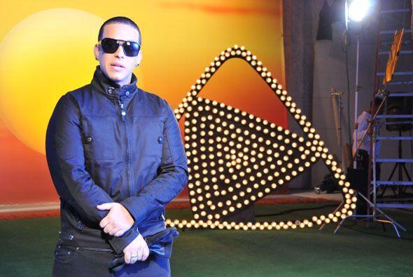 Como un verdadero profesional, Daddy Yankee estuvo atento a las direccio...