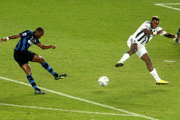 Pasaron 2 minutos y el camerunés Samuel Eto´o no perdonó, remate fuerte...