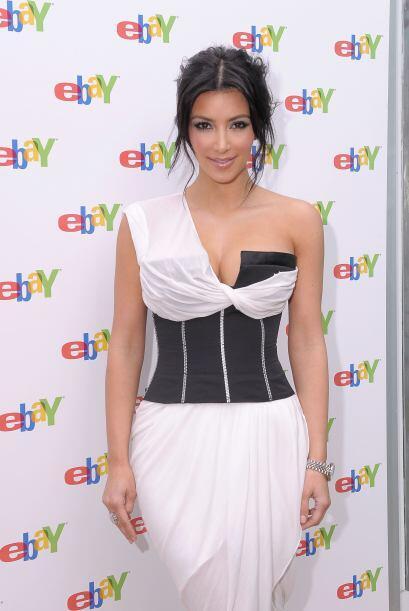 ¡Qué horrible vestido! Estuvo a punto de mostrar de más.Mira aquí los vi...