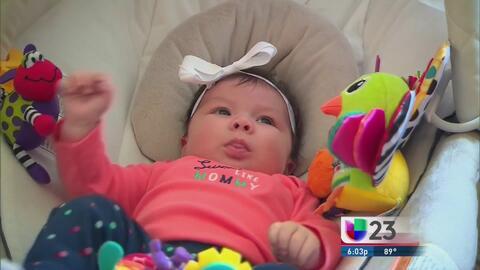 Madre hispana cuida a su hija con posibles secuelas por el zika