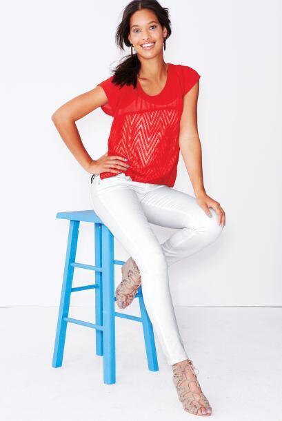 Unos 'jeans' con una blusa casual se verá mucho mejor que con pla...