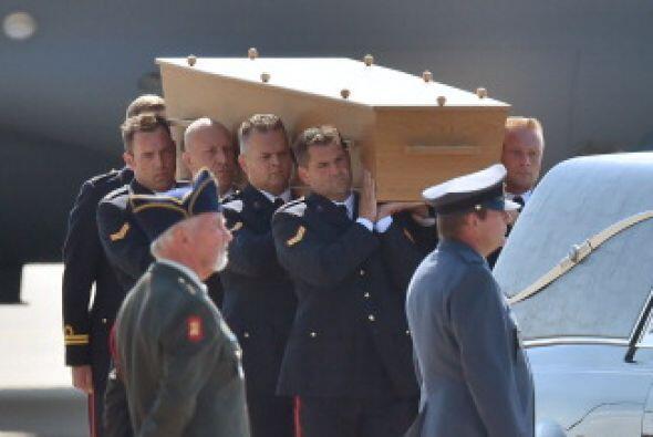 Los cuerpos comenzaron a ser trasladados, en una larga procesión de coch...