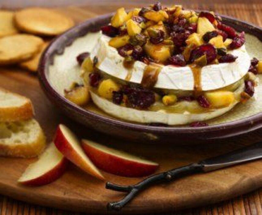 Y para cerrar, un platillo agridulce lleno de matices, prepara queso bri...