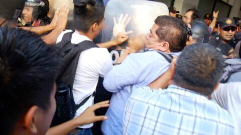 El periodista Francisco Cobos, durante la marcha que se tornó vio...
