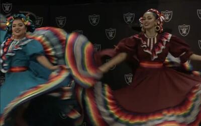 Folklore mexicano en Raiders en la celebración del Mes de la Herencia Hi...