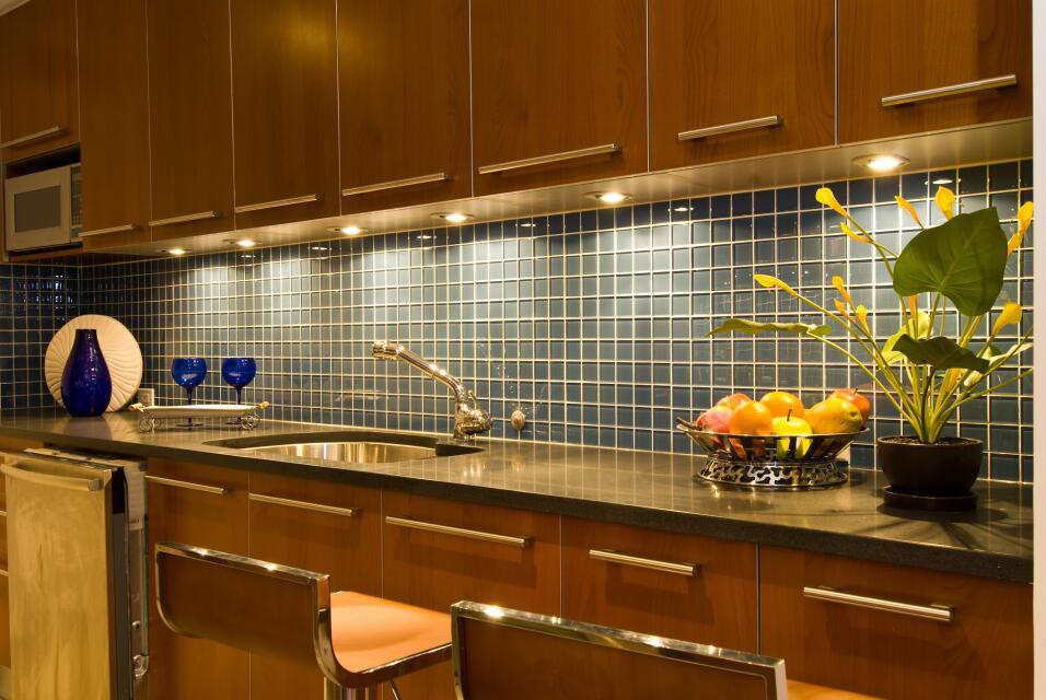 Para guardar los cubiertos y otros utensilios de cocina puedes dividir l...