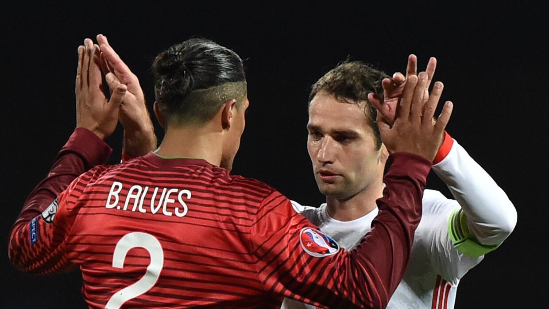 Alves y Shirokov se saludan al final de Portugal Rusia