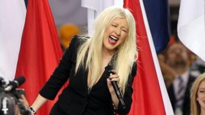 Christina Aguilera canta el himno nacional en el Super Bowl el 6 de febr...