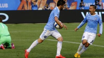 David Villa celebra su gol de penalti con Sebastian Velasquez