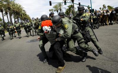 Policías intervienen tras un mitin de Donald Trump en Anaheim, California.