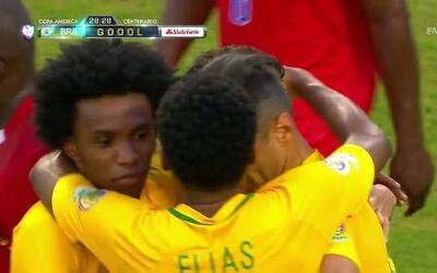 Goooolll!! Philippe Coutinho Correia mete el balón y marca para Brasil