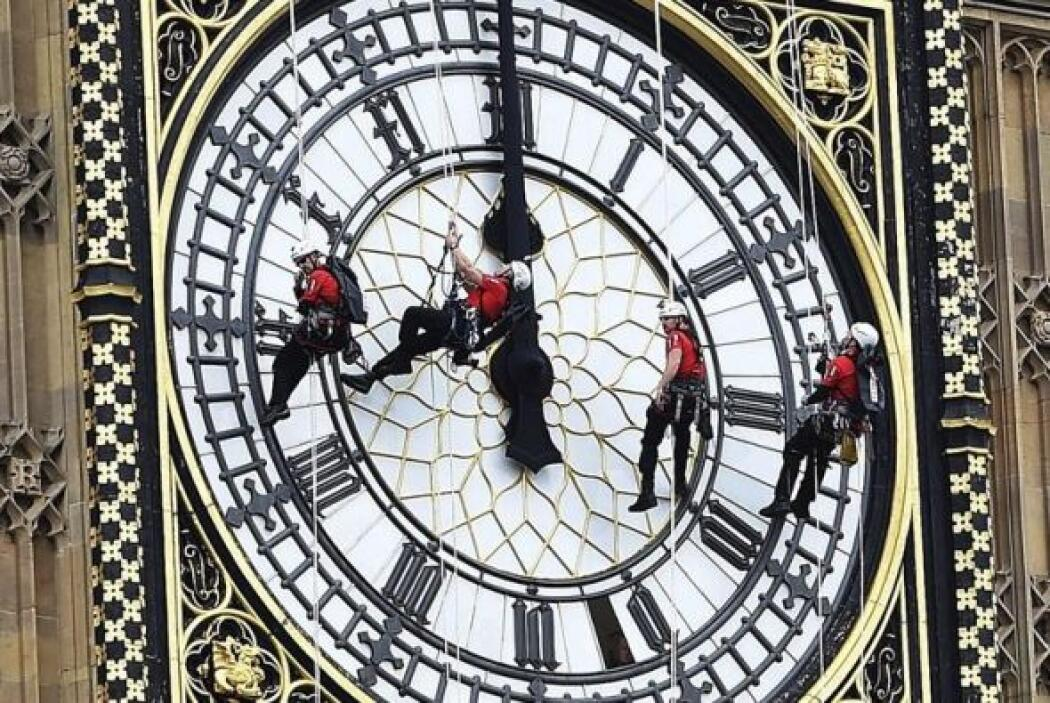 Varios hombres limpian el Big Ben en Londres, Reino Unido. El mecanismo...