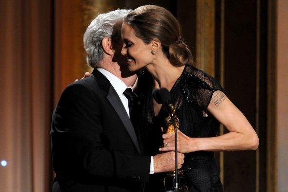 Jolie recibió su premio de las manos de George Lucas.