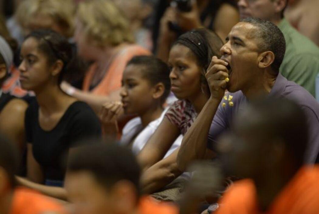 El domingo, Obama y la primera familia asistieron a un partido de balonc...
