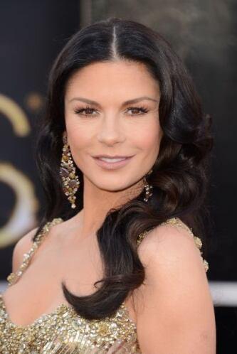 Catherine Zeta-Jones aprovecha lo negro del caviar para untárselo en su...