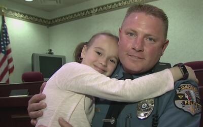 El emotivo gesto de una niña que conmovió a un oficial de policía en Nue...