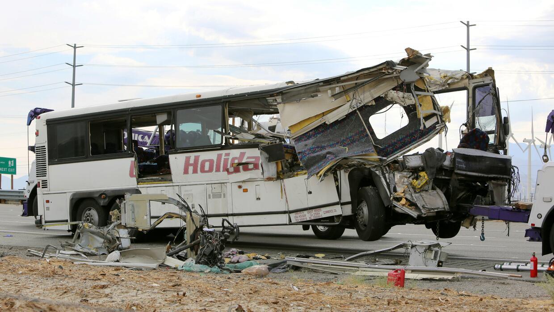 Choque fatal de un autobús contra un camión en California tiene en duelo...