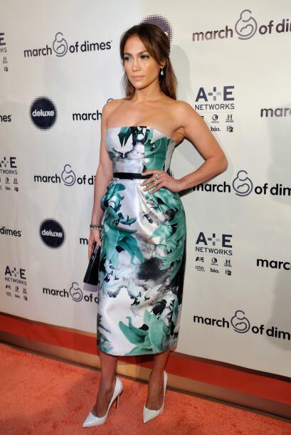 El largo del vestido hace que su figura se vea corta y para rematar, gra...