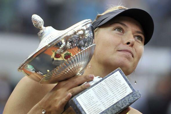 """""""Este es sólo el comienzo de mucho más"""", dijo Sharapova al recibir el tr..."""