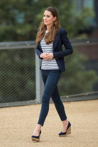 Para este evento Kate Middleton llegó vestida con unos 'skinny jeans', u...
