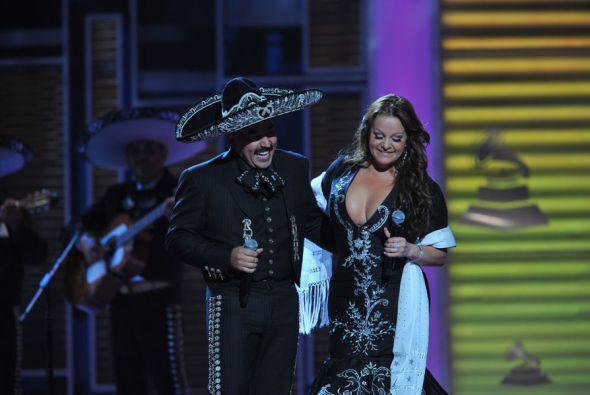 La canción se puso mejor cuando su hermano Lupillo Rivera la acompañó. J...