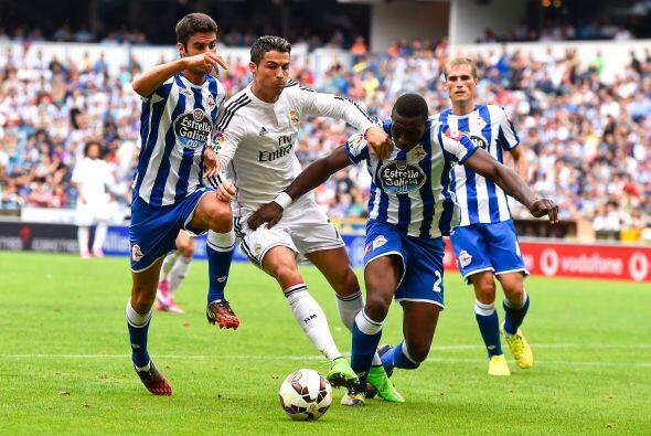 Los jugadores de la Coruña apretaban en todo momento a los atacan...