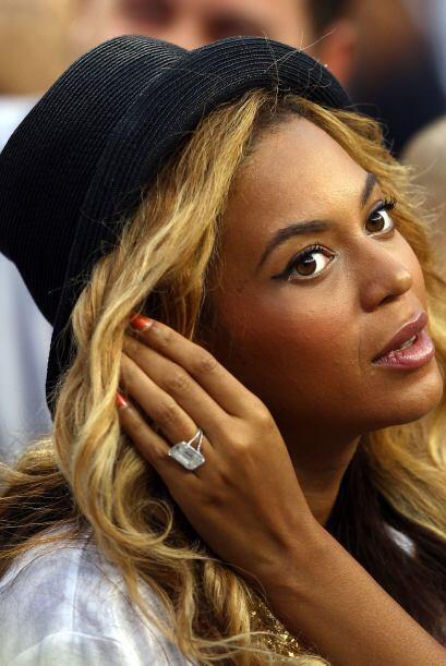 La guapa Beyonce recibió de manos de Jay-Z, su ahora esposo, un e...