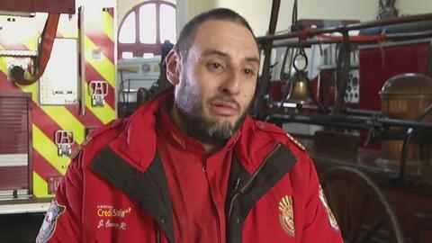 El fuego que quemó su cara y sus manos no le impidió seguir siendo bombero