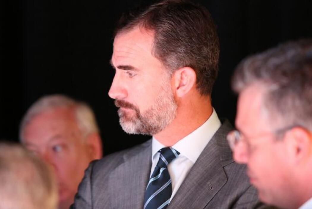 El príncipe de Asturias escucha las explicaciones técnicas sobre Newspor...